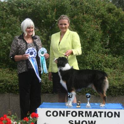 Mila Best Junior Handler mit Richterin